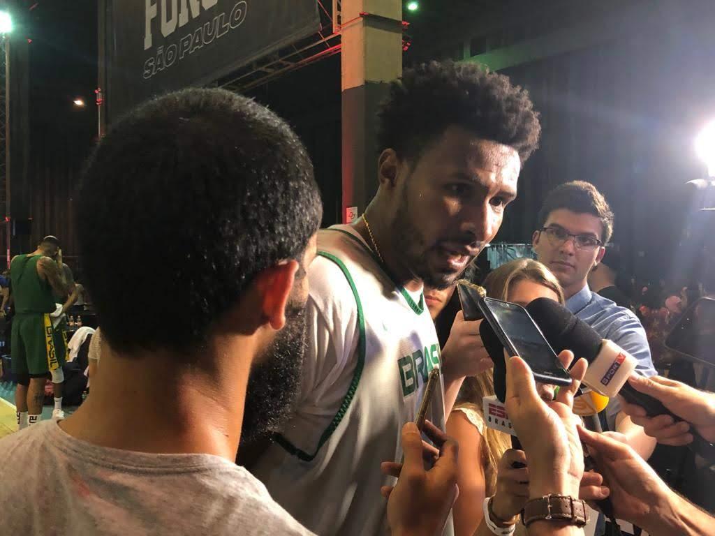 Leandrinho em entrevista durante treino aberto do Brasil em SP
