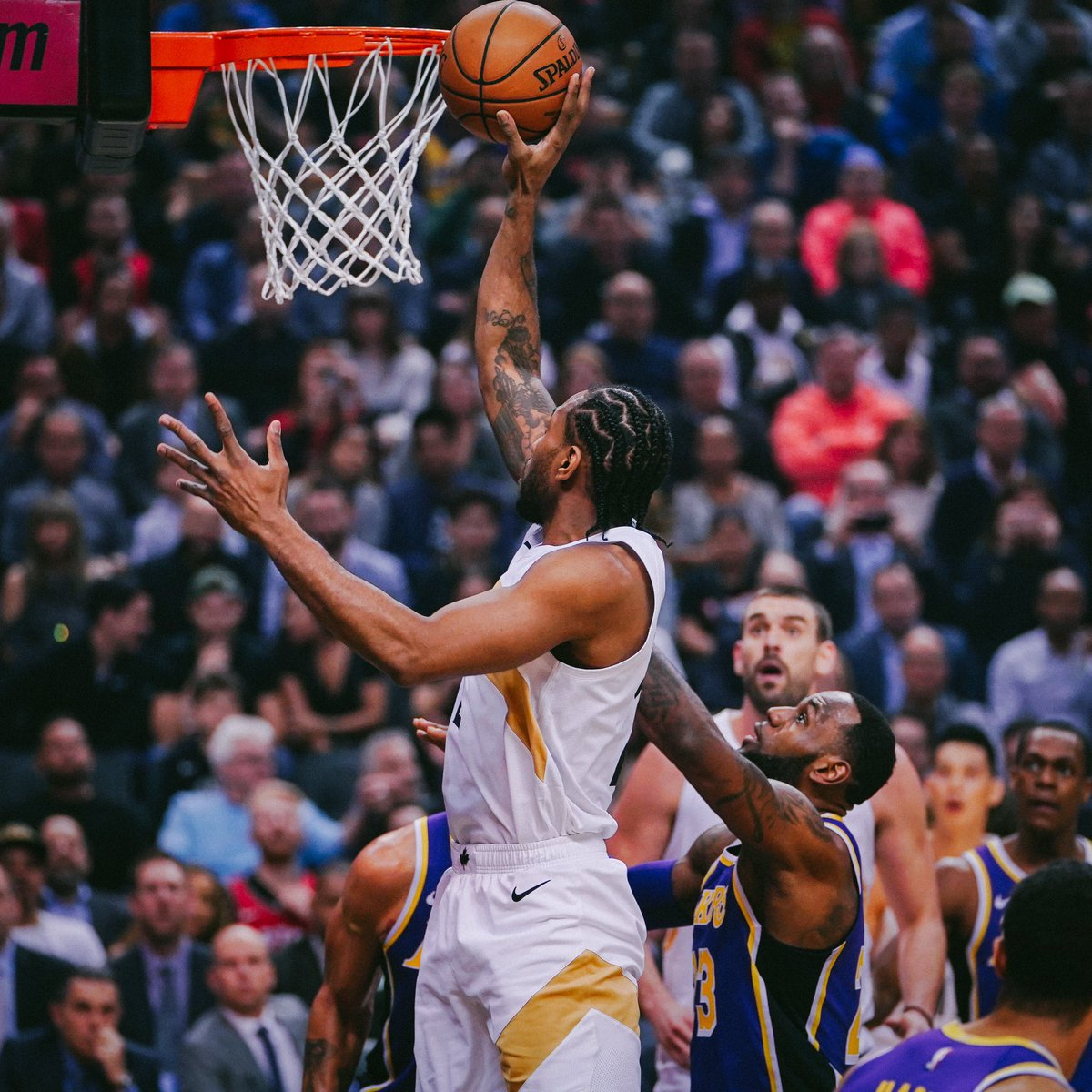 Kawhi supera LeBron e Raptors batem os Lakers no Canadá