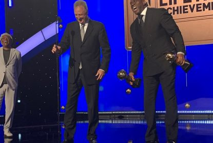 Magic Johnson e Larry Bird recebem o prêmio NBA Lifetime Achievement Award - The Playoffs