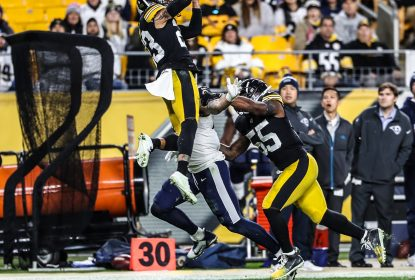 Joe Haden com a interceptação na vitória do Pittsburgh Steelers sobre o Los Angeles Rams
