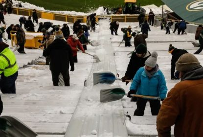 Packers recrutam voluntários para retirar neve do estádio - The Playoffs