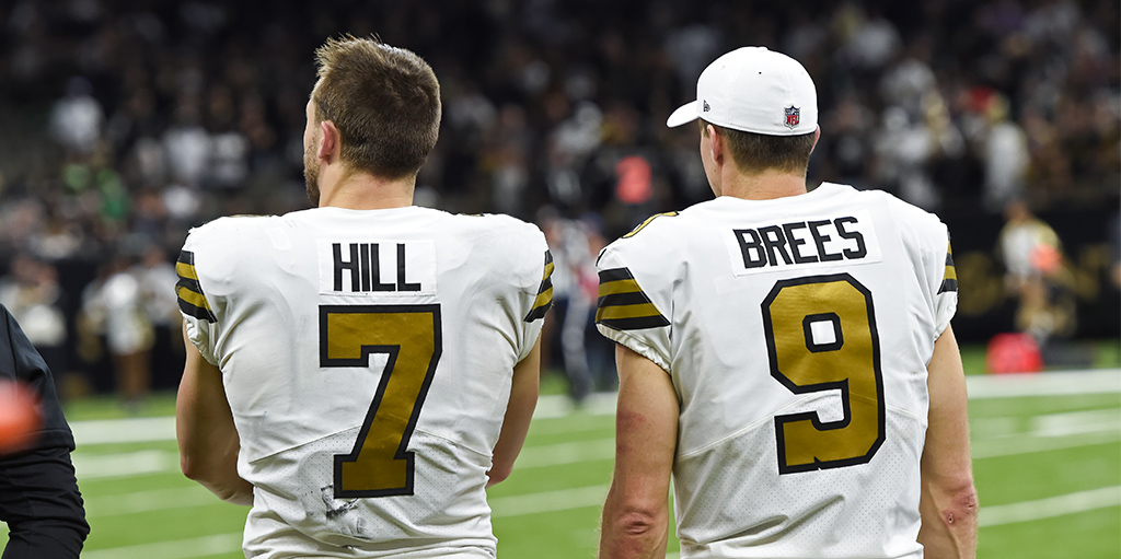 Taysom Hill e Drew Brees juntos na sideline do New Orleans Saints