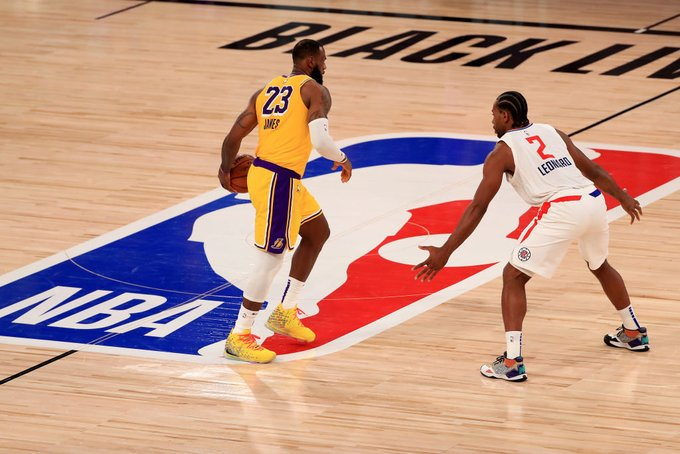 Lakers vencem Clippers em jogaço no retorno da NBA