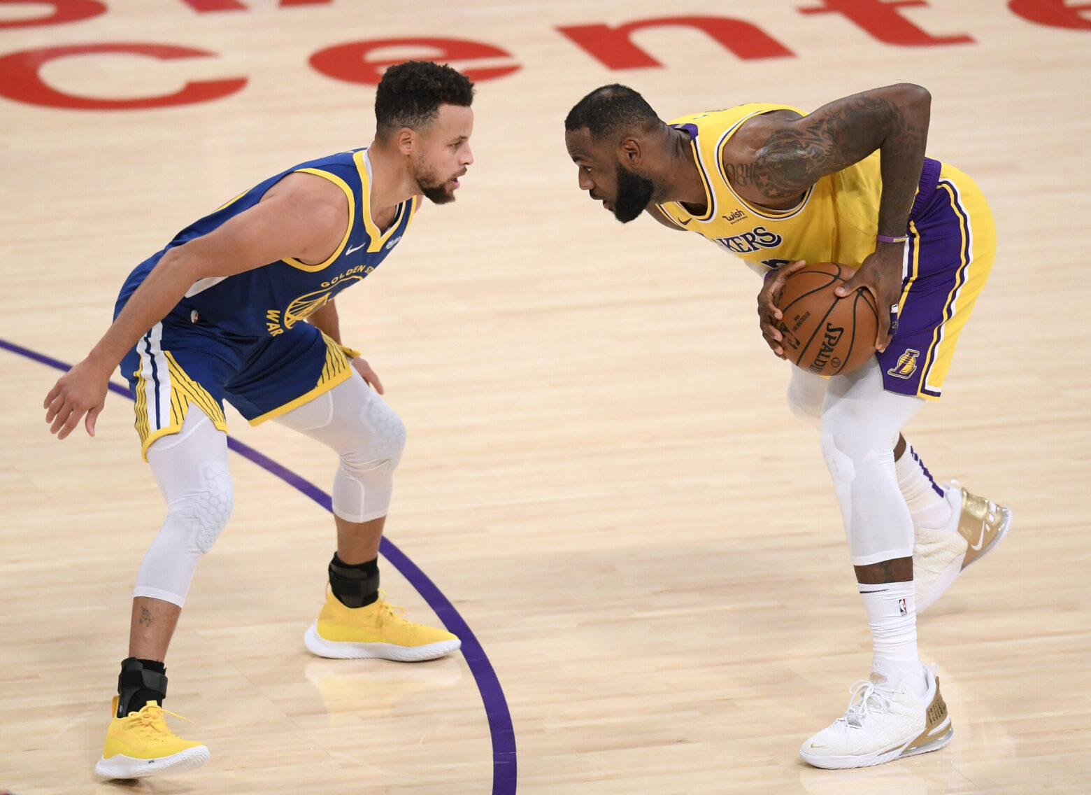 LOS ANGELES, CALIFORNIA - JANUARY 18: LeBron James #23 of the Los Angeles Lakers is guarded by Stephen Curry #30 of the Golden State Warriors during the first half at Staples Center on January 18, 2021 in Los Angeles, California. NOTE TO USER: User expressly acknowledges and agrees that, by downloading and/or using this Photograph, user is consenting to the terms and conditions of the Getty Images License Agreement. Mandatory Copyright Notice: Copyright 2021 NBAE